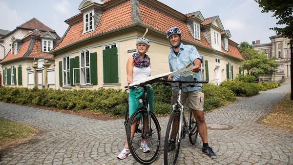 Fahrradfahrer vor dem Lessinghaus in Wolfenbüttel